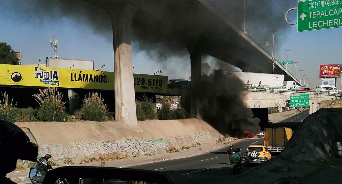 Auto en llamas debajo de puente vehicular. Foto de @pizcalli