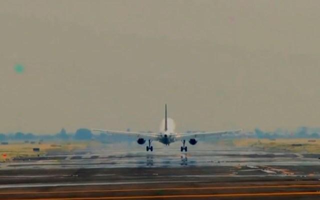 AICM entre las 15 primeras terminales aéreas del mundo, sostiene SCT - Avión en pista del AICM. Captura de pantalla / @AICM_mx