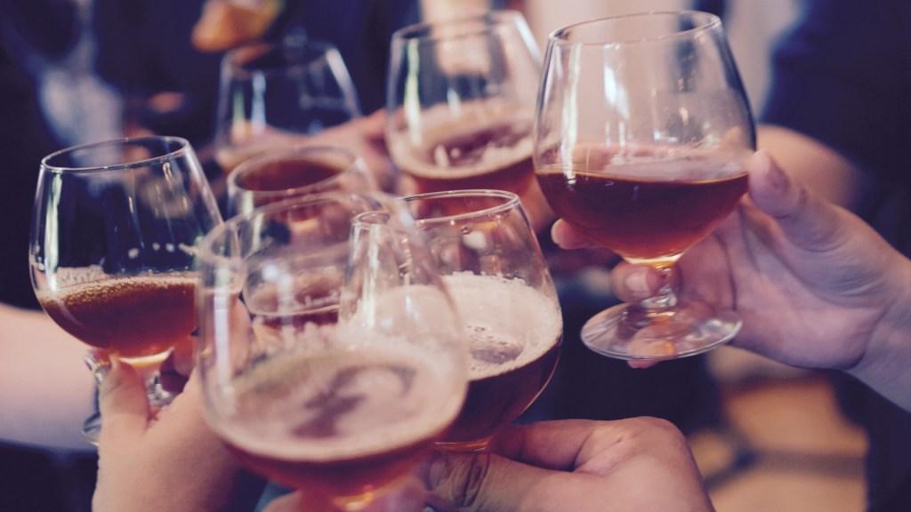 Ingresos a IMSS por ingesta de alcohol aumentan en diciembre - Brindis. Foto de Yutacar / Unsplash