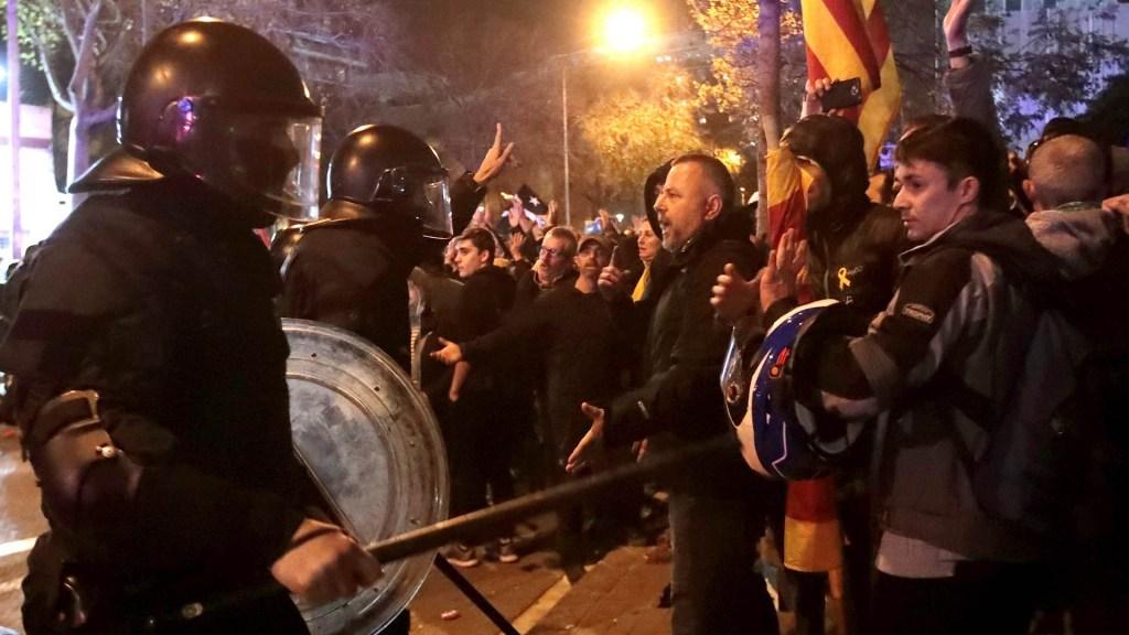 Suman 46 lesionados por disturbios junto al Camp Nou - Camp Nou España lesionados heridos