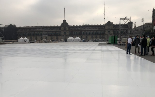 Pista de hielo sintético abrirá el sábado en el Zócalo - Foto de @AlejandriUaso