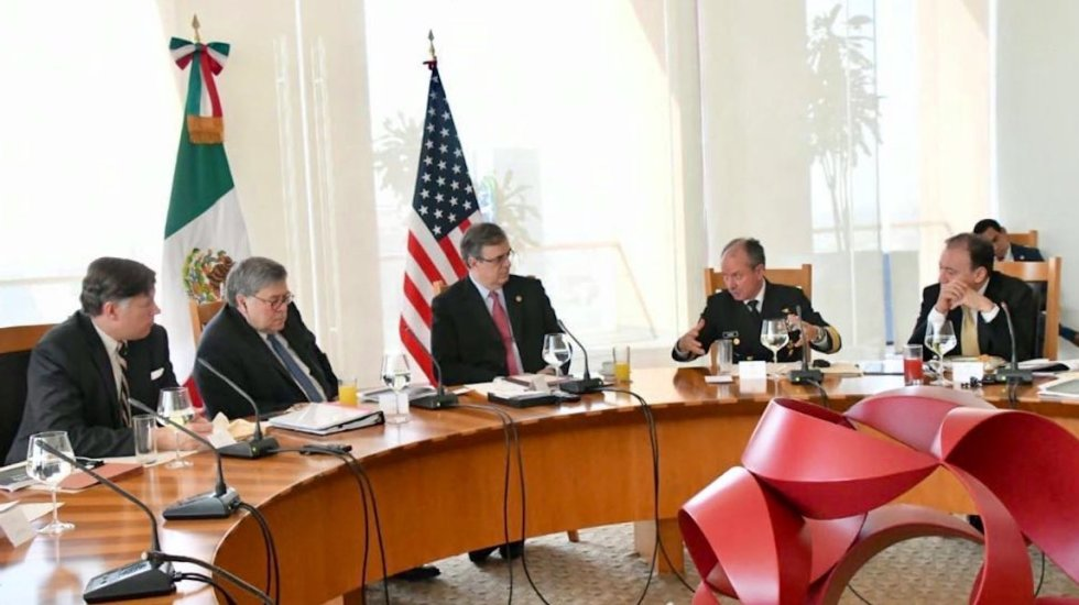 """""""¿Esto la gente lo ingiere voluntariamente?"""" cuestiona el embajador Landau sobre la metanfetamina - El embajador Christopher Landau, acompañado del fiscal William Barr, en reunión con el gabinete de seguridad mexicano. Foto de @USAmbMex"""