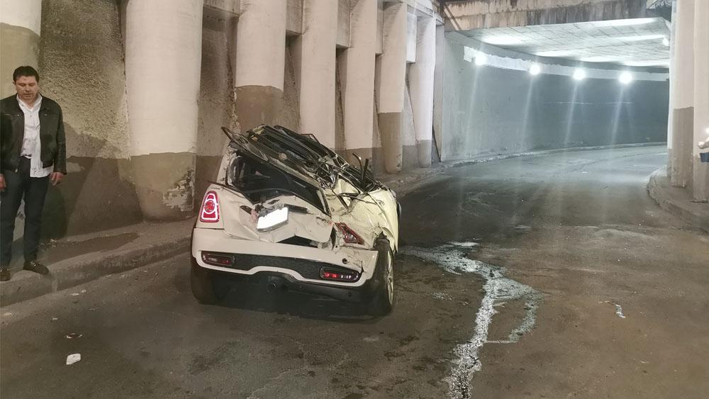 Auto cae de 10 metros de altura en la Ciudad de México - Auto cae de 10 metros de altura; conductor sufre lesiones menores