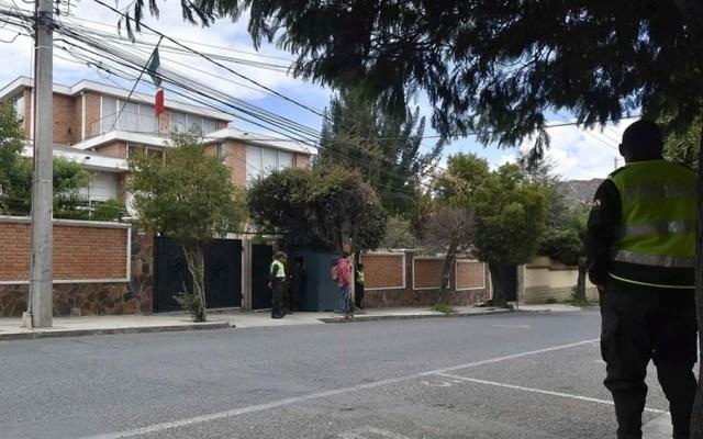 Cuba condena agresión y hostigamiento a Embajada de México en Bolivia - Vista de la Embajada mexicana con presencia policial en La Paz, Bolivia. Foto de EFE
