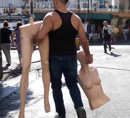 La Mujer Maniquí - CUERNAVACA, MORELOS, 03DICIEMBRE2019.- Un joven lleva en sus manos dos piezas que forman un maniquí en la calle Guerrero. FOTO: MARGARITO PÉREZ RETANA /CUARTOSCURO.COM