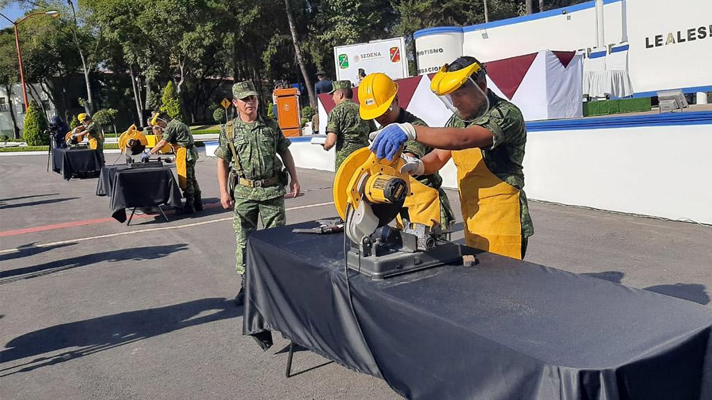 Destrucción de armas por parte de personal de la Sedena. Foto de @SEDENAmx