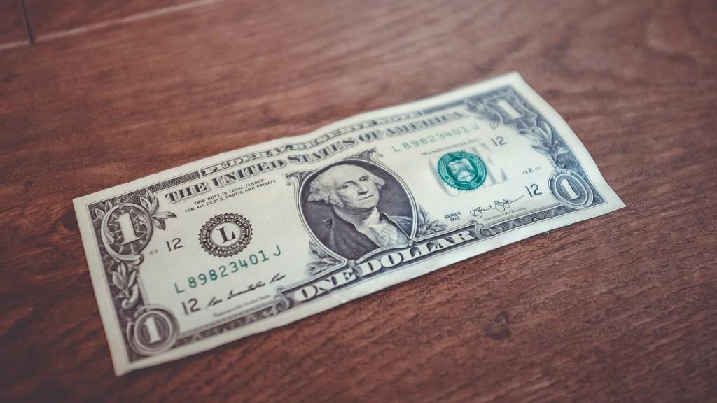 Dólar cierra en 19.16 pesos, un centavo más que el viernes - Dólar americano. Foto de NeONBRAND / Unsplash