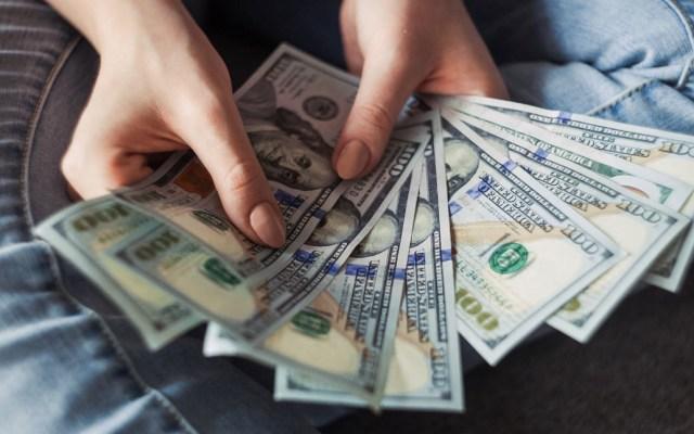Dólar se cotiza por arriba de los 25 pesos en bancos - Dólares dinero remesas Estados Unidos