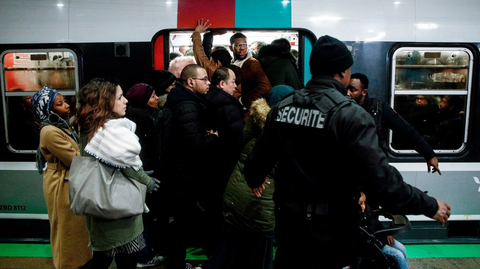 París vive jornada negra por huelga del transporte público - Este lunes se vive la quinta jornada de huelga del transporte público en la capital de Francia. Foto de EFE