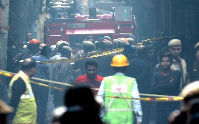 Incendio en fábrica de Nueva Delhi mata a 43 personas - Fábrica de Nueva Delhi acordonada tras incendio. Foto de EFE