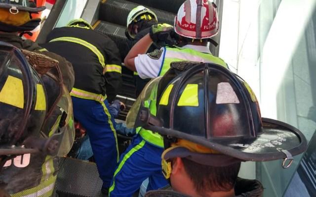 Hombre muere prensado en escaleras eléctricas de plaza comercial en CDMX - Hombre prensado en plaza comercial de la CDMX. Foto de @Bomberos_CDMX