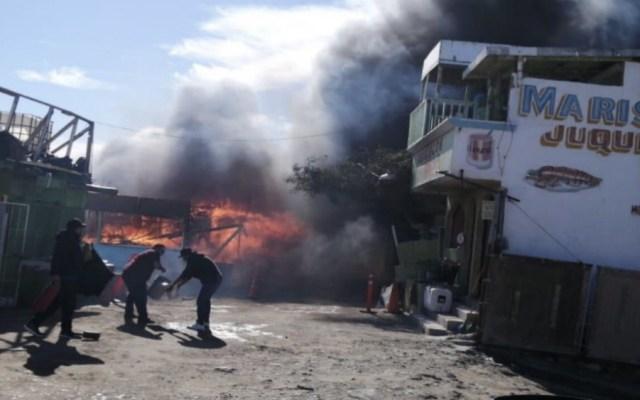 Incendio consume cuatro restaurantes de mariscos en Baja California - Foto de @HiptexNews