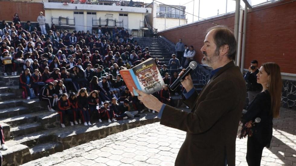 Juan Villoro lee parte de su obra a estudiantes de secundaria en Coyoacán - Foto de @SolAragonMtz