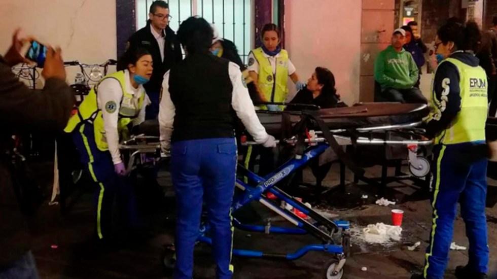 Fiesta de fin de año termina con 50 intoxicados en la Ciudad de México - Llegada de personal del ERUM para traslado hospitalario de víctimas de intoxicación. Foto de Excélsior
