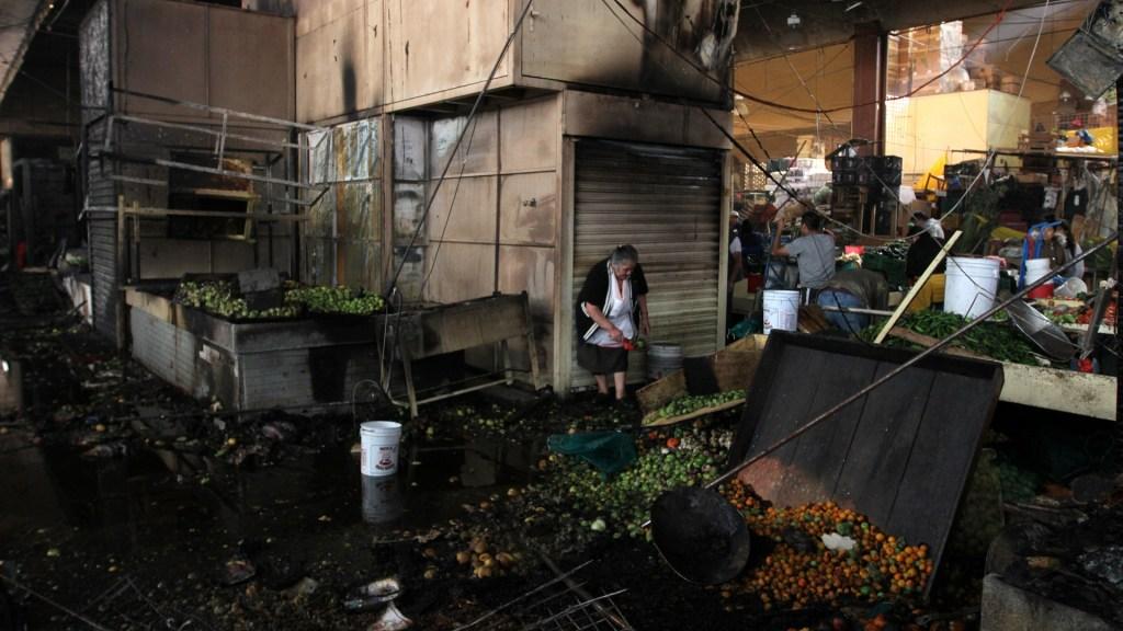 Claudia Sheinbaum recorre La Merced tras incendio - Locatarios del mercado de La Merced rescatan lo poco que no se quemó en la nave mayor. Foto de Notimex