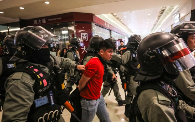 Policía hongkonesa se enfrenta contra manifestantes en centro comercial - Policía hongkonesa se enfrenta contra manifestantes en centro comercial