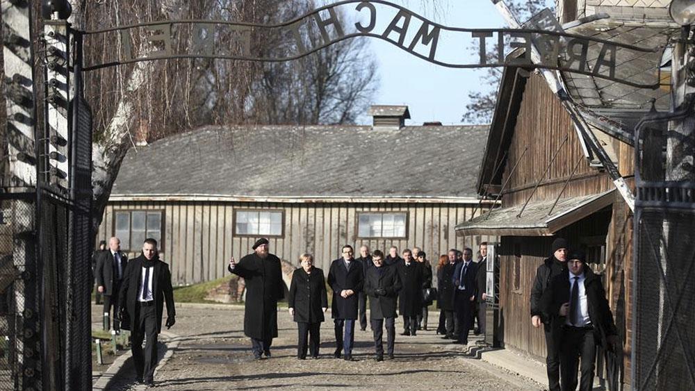 'Me siento profundamente avergonzada', Merkel al visitar el campo de Auschwitz - Merkel visita por primera vez el antiguo campo de concentración de Auschwitz