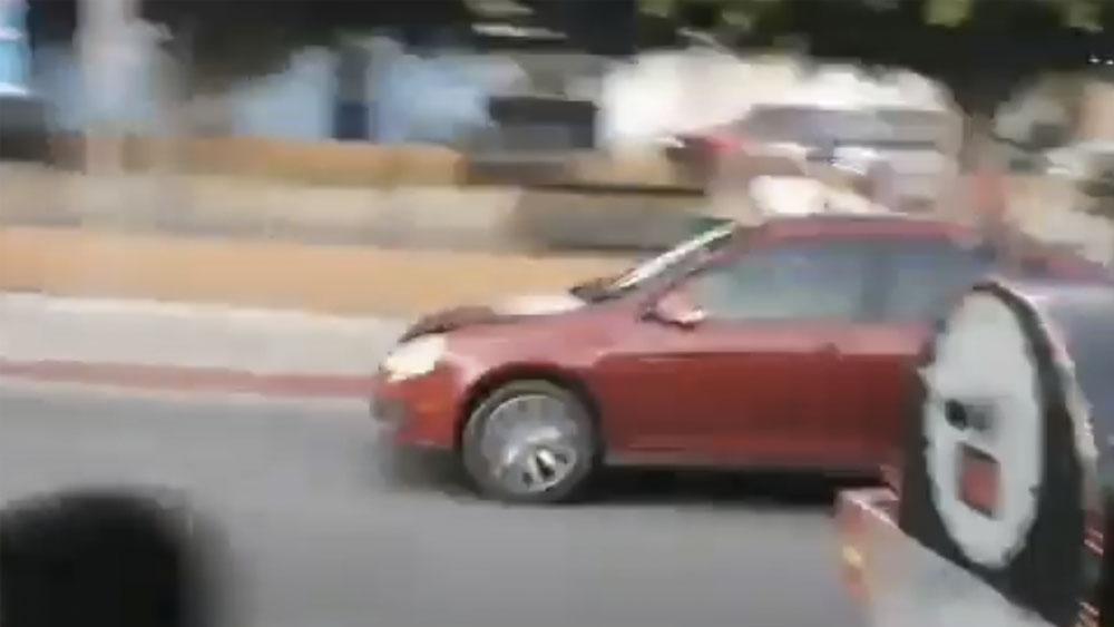 #Video Conductora atropella a niños durante desfile en Morelos - #Video Conductora atropella a niños durante desfile en Morelos