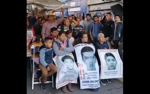 #Video Damnificados del sismo 2017 y padres de los 43 pasan juntos Navidad - Padres de los 43 normalistas desaparecidos de Ayotzinapa. Captura de pantalla