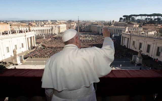 Papa Francisco desea inspiración de Dios a gobernantes para solucionar conflictos - Papa Francisco desde el balcón de la basílica de San Pedro. Foto de EFE