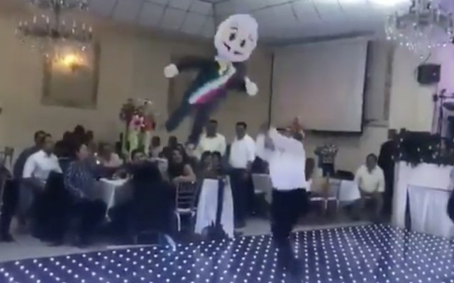 Legisladores del PRD le pegan a piñata con figura de AMLO - Foto de captura de pantalla