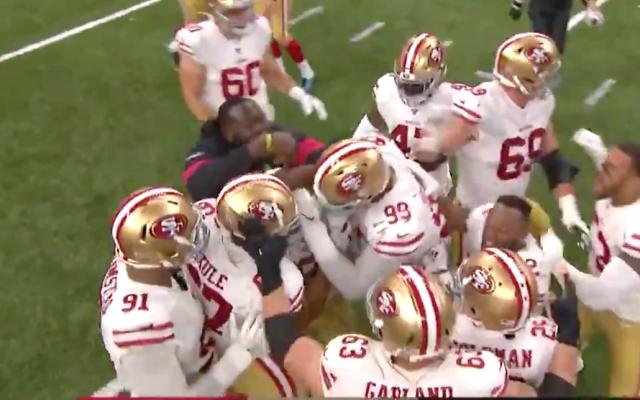 San Francisco vence a New Orleans y vuelve a la cima de la Conferencia Nacional - Momento que Gould conecta el gol de campo y San Francisco 49ers festejan. Captura de pantalla.
