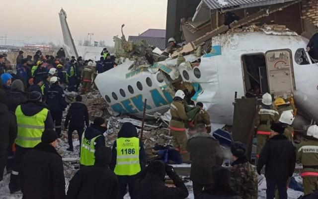 Sube a 12 número de víctimas de accidente aéreo en Kazajistán - Un avión con más de 90 pasajeros a bordo se estrelló contra una casa vacía en Kazajistán. Foto de EFE