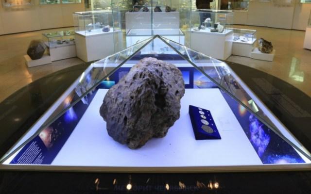 """#Video Vitrina que cubre meteorito """"levita"""" en Rusia; especialistas investigan el caso - Foto de Museo Estatal de Historia de los Urales del Sur"""
