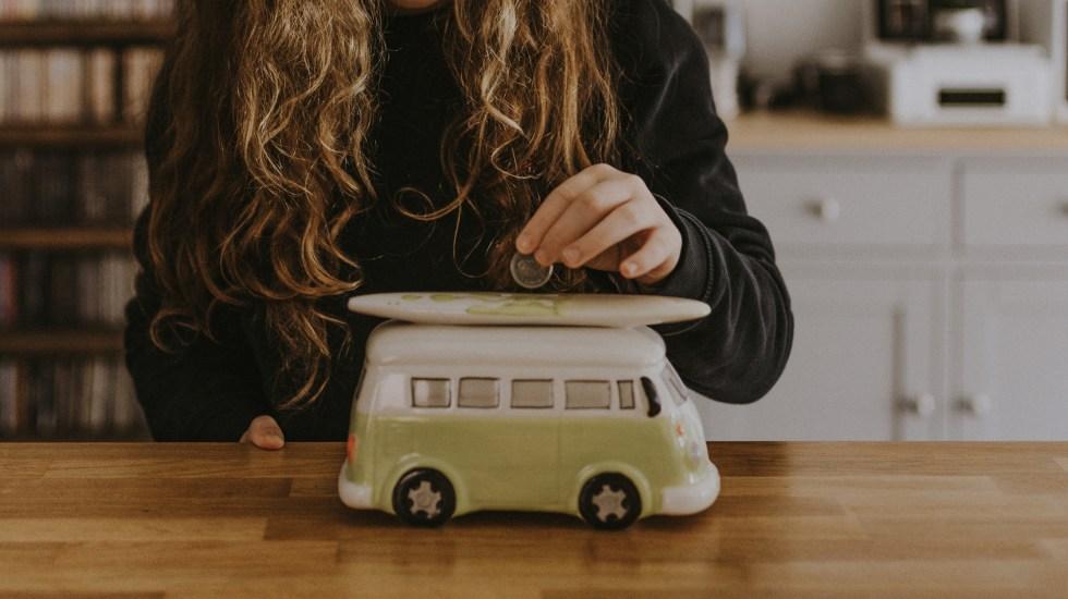 Tener un presupuesto facilita el cumplir los propósitos de Año Nuevo - Ahorrar para viajar. Foto de Annie Spratt / Unsplash