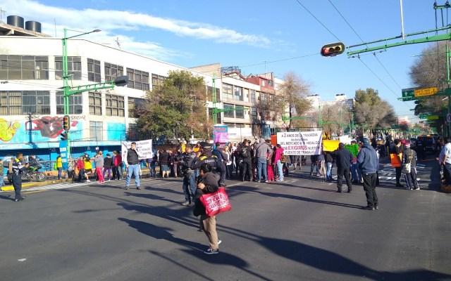 Comerciantes chocan con policías en Eje Central Lázaro Cárdenas - Bloqueo de Eje Central. Foto de @KuronekoKat