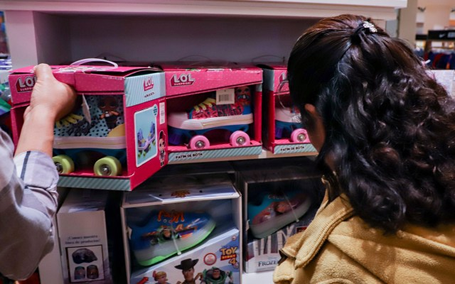 Fabricación de juguetes en México cayó en 2018 - Compra de juguetes. Foto de Notimex
