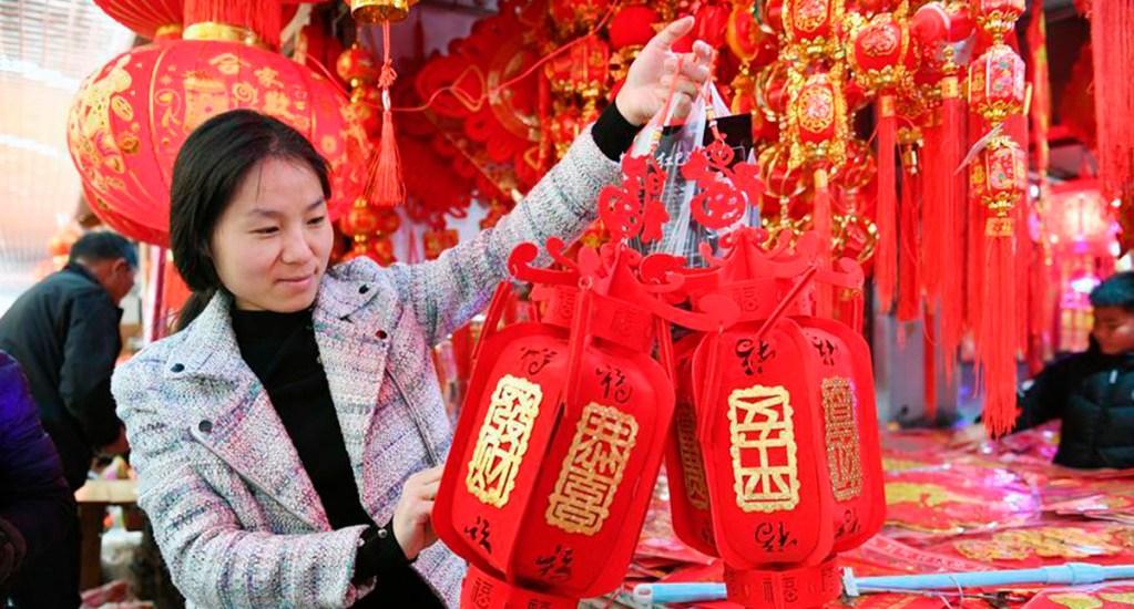 Beijing cancela festejos de Año Nuevo Chino por nuevo coronavirus - Compras para el Año Nuevo Chino. Foto de Xinhua