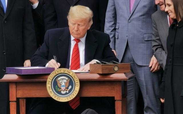 Con la firma de Trump en el T-MEC, la etapa de incertidumbre va concluyendo: Ebrard - Foto compartida por el canciller @m_ebrard que muestra al presidente Donald Trump firmando el T-MEC.
