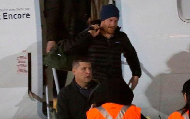 #Video Harry llega a Canadá para reunirse con Meghan y su hijo - Harry baja del avión que lo llevó a Canadá. Foto de TMZ