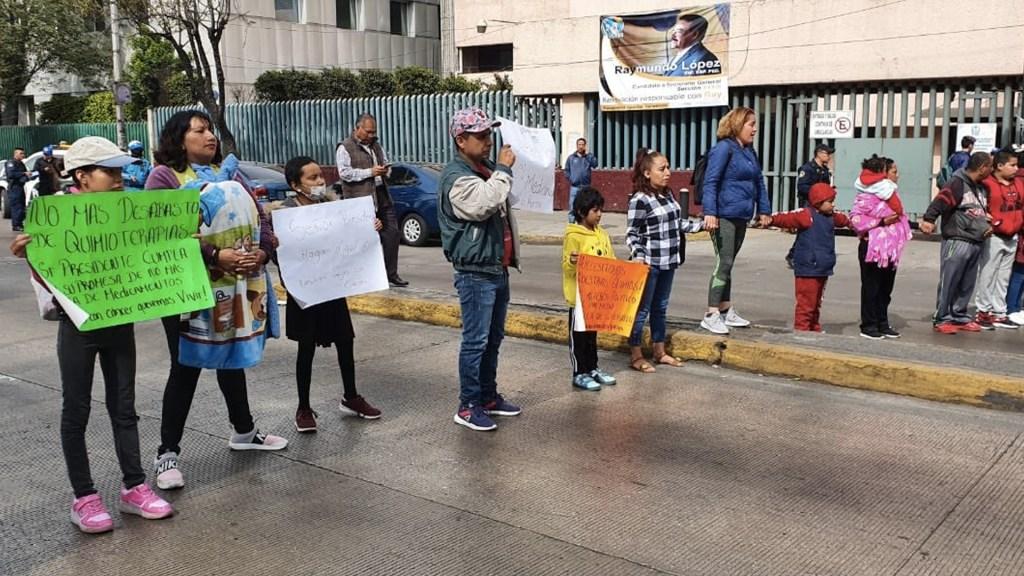 Padres de niños con cáncer protestan frente a La Raza; exigen abasto de medicamentos - Foto de @EnFocoNoticias1