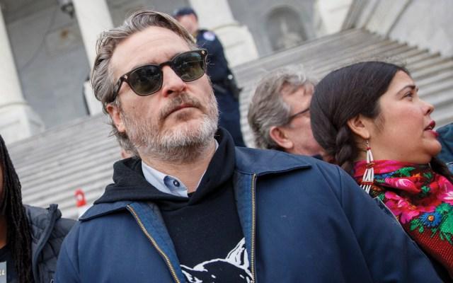 Detienen a Joaquin Phoenix durante protesta de Jane Fonda - Foto de EFE