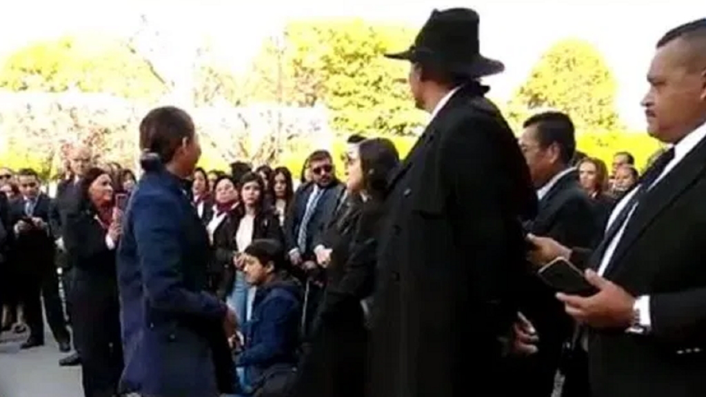 #Video Mujer grita a José Manuel Mireles y acompañante la abofetea - José Manuel Mireles mujer Michoacán gritos