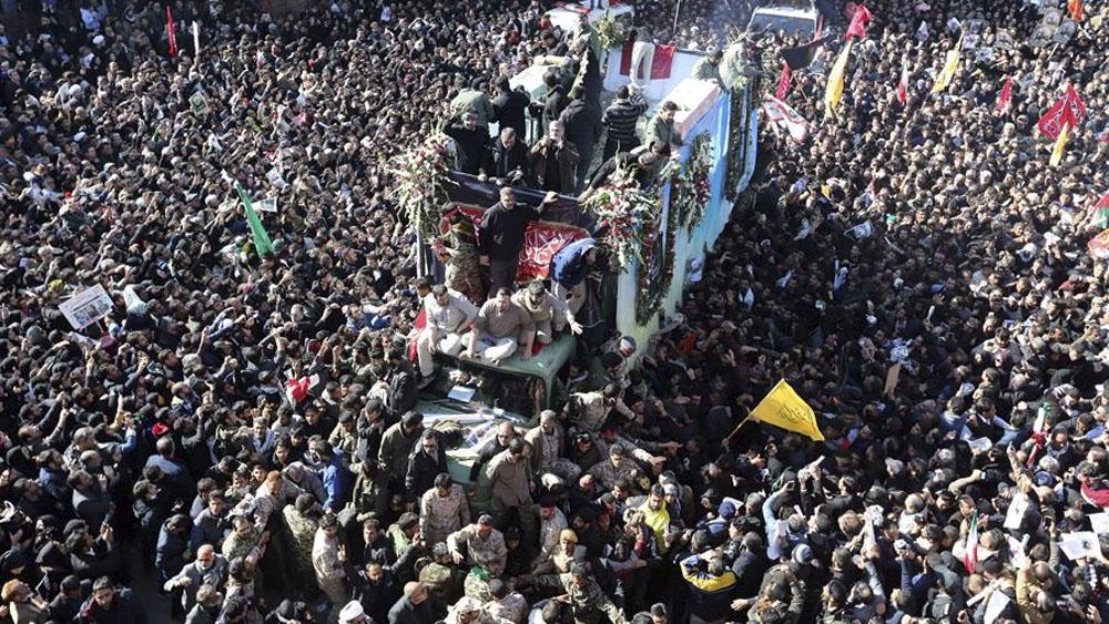 Más de 50 muertos en estampida durante funeral de Soleimani en Irán - Decenas de iraníes portan el féretro del comandante de la Fuerza Quds de los Guardianes de la Revolución iraní (IRGC), Qasem Soleimani. Foto de EFE/Str.