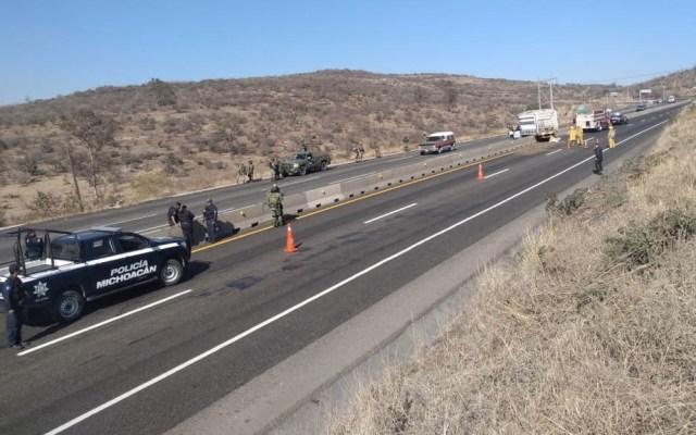 Aseguran vehículo con 3 mil litros de combustible ilícito en Michoacán - Michoacán aseguramiento camioneta gasolina