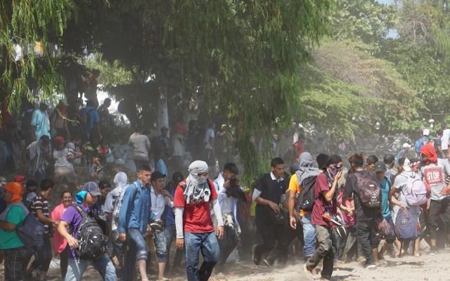Rechaza Gobierno represión a migrantes en la frontera sur - Migrantes centroamericanos, en su mayoría hondureños, logran cruzar el río Suchíate que divide México y Guatemala este lunes, para internarse en territorio mexicano desde la Ciudad de Hidalgo, estado de Chiapas. Foto de EFE/ Juan Manuel Blanco.