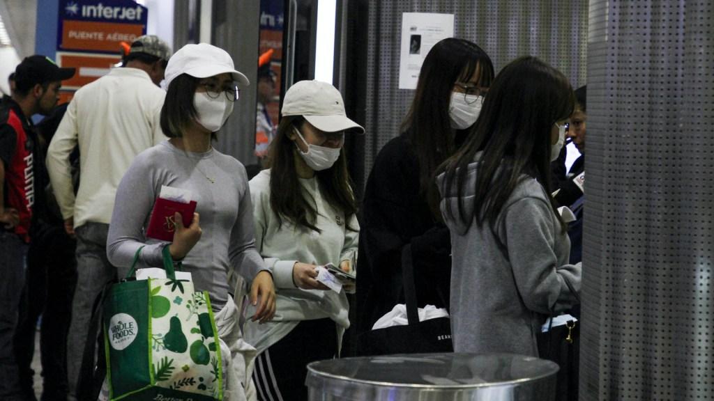 Mexicanos en contacto con turista chino no presentan coronavirus - En el Aeropuerto Internacional de la Ciudad de México pasajeros nacionales y extranjeros toman precauciones ante un posible brote de coronavirus en nuestro país. Foto de Notimex