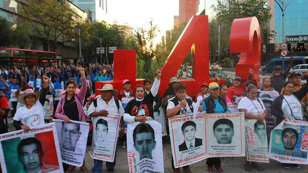 Padres de los 43 normalistas de Ayotzinapa en Antimonumento