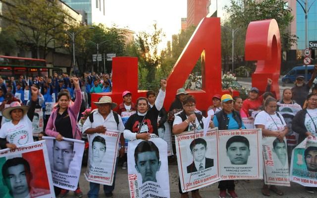 Dan formal prisión a uniformados acusados de tortura en caso Ayotzinapa - Padres de los 43 normalistas de Ayotzinapa en Antimonumento. Foto de Notimex