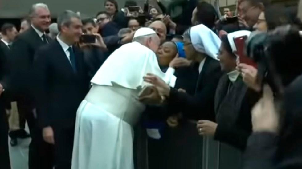 'Te doy un beso pero tú no me muerdas', papa Francisco bromea con monja - Papa Francisco besa a monja en la mejilla. Captura de pantalla