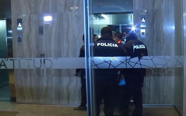 Buscan en hospitales a implicado en balacera de Ejército Nacional - Policías en el edificio Latitud de Ejército Nacional, donde ocurrió la balacera. Captura de pantalla / Noticieros Televisa