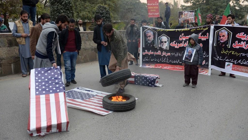 Irak aprueba expulsión de tropas estadounidenses por asesinato de Soleimani - Protesta contra EE.UU. por asesinato de Soleimani. Foto de EFE