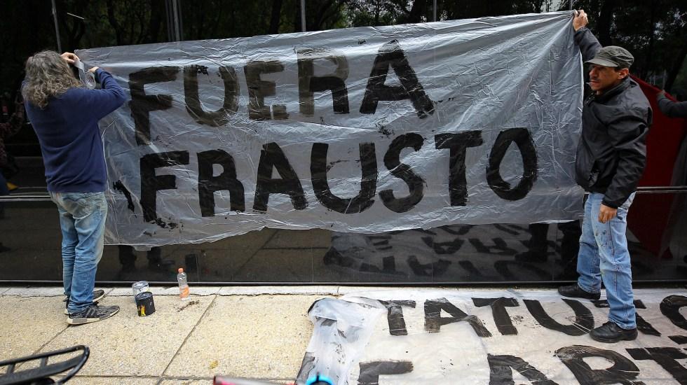 Artistas protestan en Secretaría de Cultura por supuesto adeudo de pagos - Trabajadores de la Secretaría de Cultura, se manifiestan frente a las instalaciones de dicha secretaría. Foto de Notimex-Isaías Hernández.