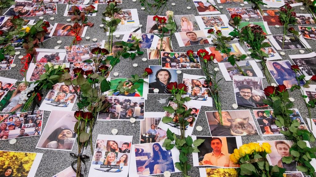 Ucrania pide a Irán las cajas negras del avión derribado - Retratos de las víctimas del vuelo PS752 de Ukraine International Airlines con flores y velas, en el aeropuerto internacional de Boryspil en Kiev, Ucrania. Foto de EFE