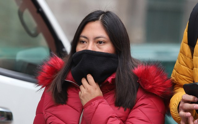 Activan Alerta Naranja en la CDMX por bajas temperaturas y heladas - Se pide a las personas usar al menos 3 capas de ropa para protegerse del frío en la CDMX. Foto de Notimex