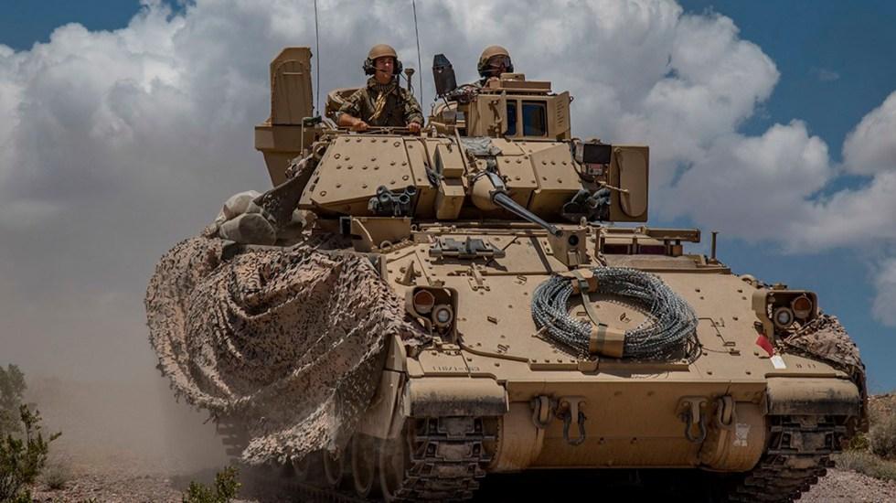 Irán aprueba designar organizaciones terroristas a Ejército y Pentágono de EE.UU. - Soldados estadounidenses a bordo de un vehículo de guerra, en ejercicio de ataque defensivo. Foto de US Army